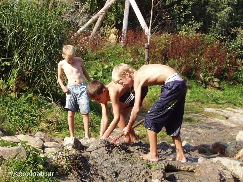 dammen bouwen met zand en water