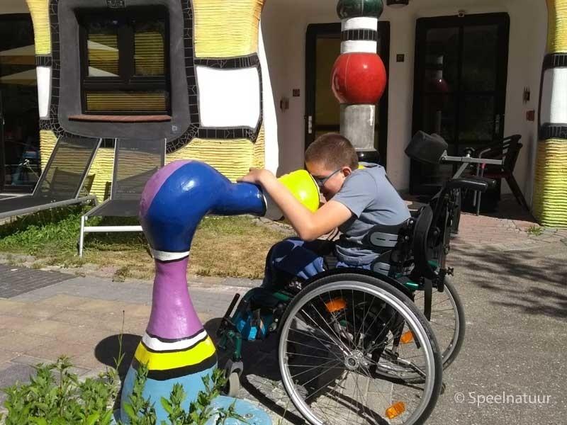 in rolstoel met elkaar praten praatpalen