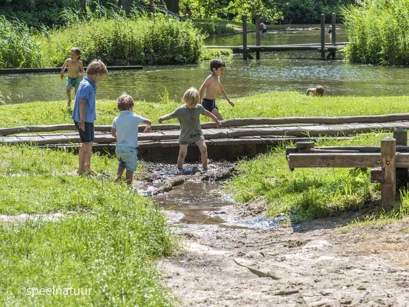 spelen met water en zand in Cronesteynpark