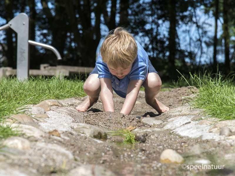 dammen bouwen met water en zand