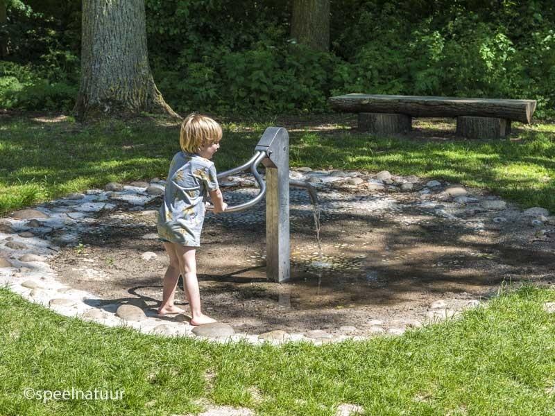 spelen met waterpomp