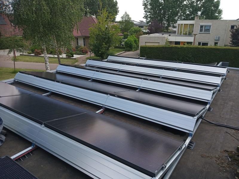 Platdak 16 x 325 Wp Full black onderdeel van installatie van 49 panelen
