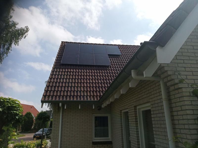 verschillende dakvlakken met zonnepanelen
