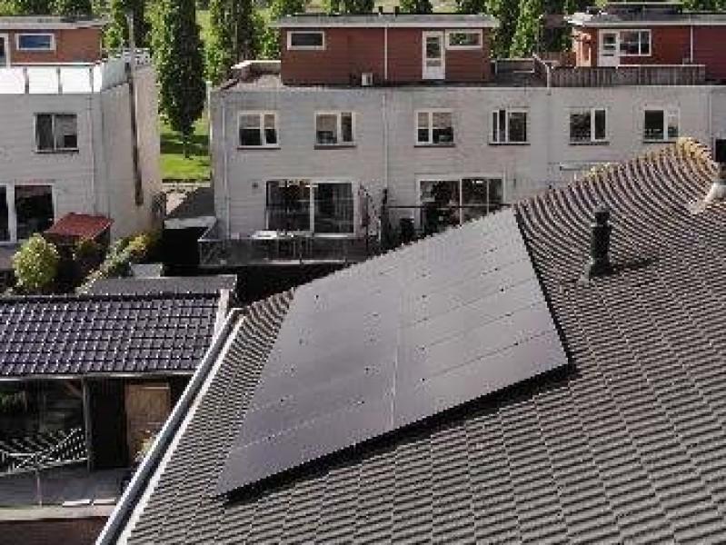 dronebeelden van 14 x 325 volledig zwarte panelen van StroomVanDeZon