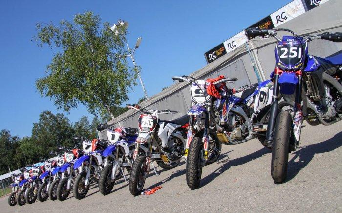 De Yamaha WR450 cursusmotoren van de Supermotoschool