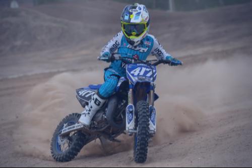 Jayson van Drunen op zijn Yamaha tijdens de Jeugd MX-training van de Supermotorschool