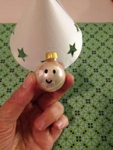 Een mooie engel knutselen voor in de kestboom van papier en een kerstbal