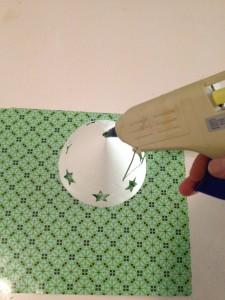 Een lieve engel knutselen van papier en een kerstbal voor in de kerstboom.