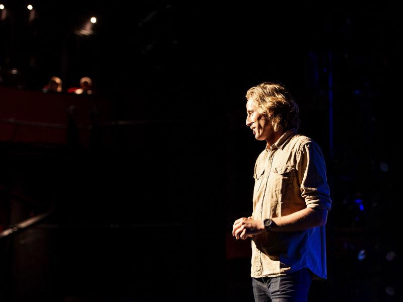 Spreken over social media marketing op het podium