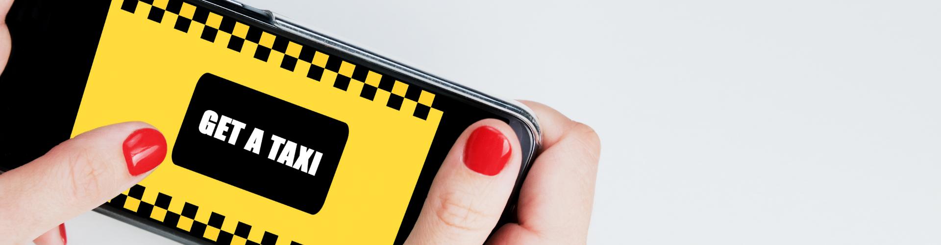 Vrouw bestelt een taxi online via telefoon