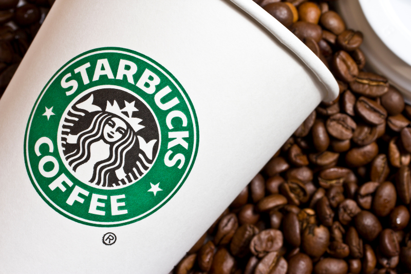 Starbucks koffiebeker met koffiebonen