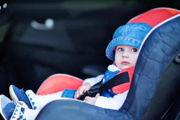 Kind in zitje in de auto