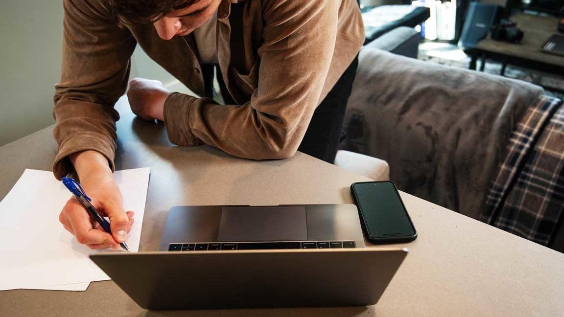 Thuiswerken - Jongen met laptop