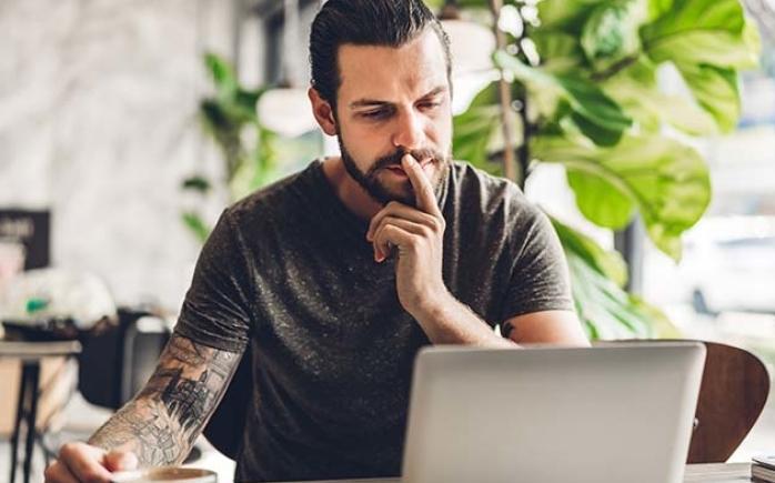 te-velde-coaching-man-laptop-cafe