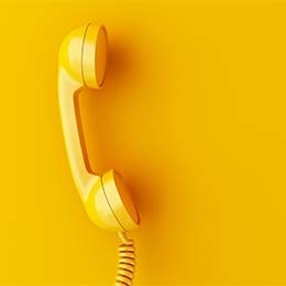 te-velde-coaching-telefoon-geel-achtergrond