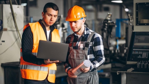 te-velde-coaching-twee-collegas-overleg-fabriek