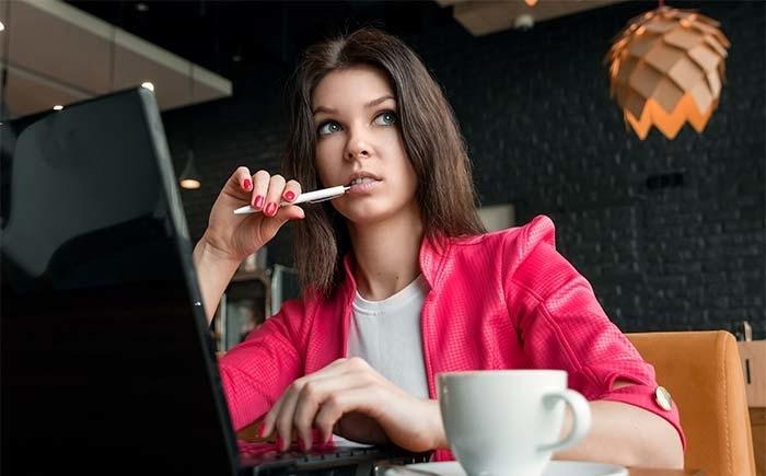 te-velde-coaching-vrouw-cafe-laptop