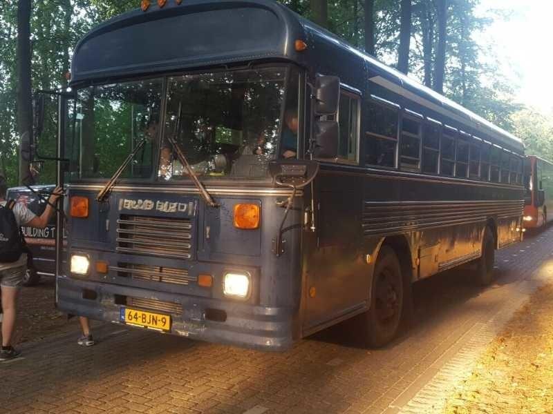 dropping in het dennenbos met de schoolbus