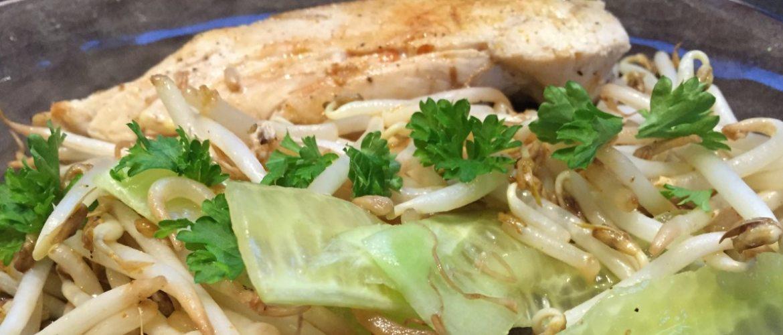 Oosterse kip met sojascheuten en komkommer