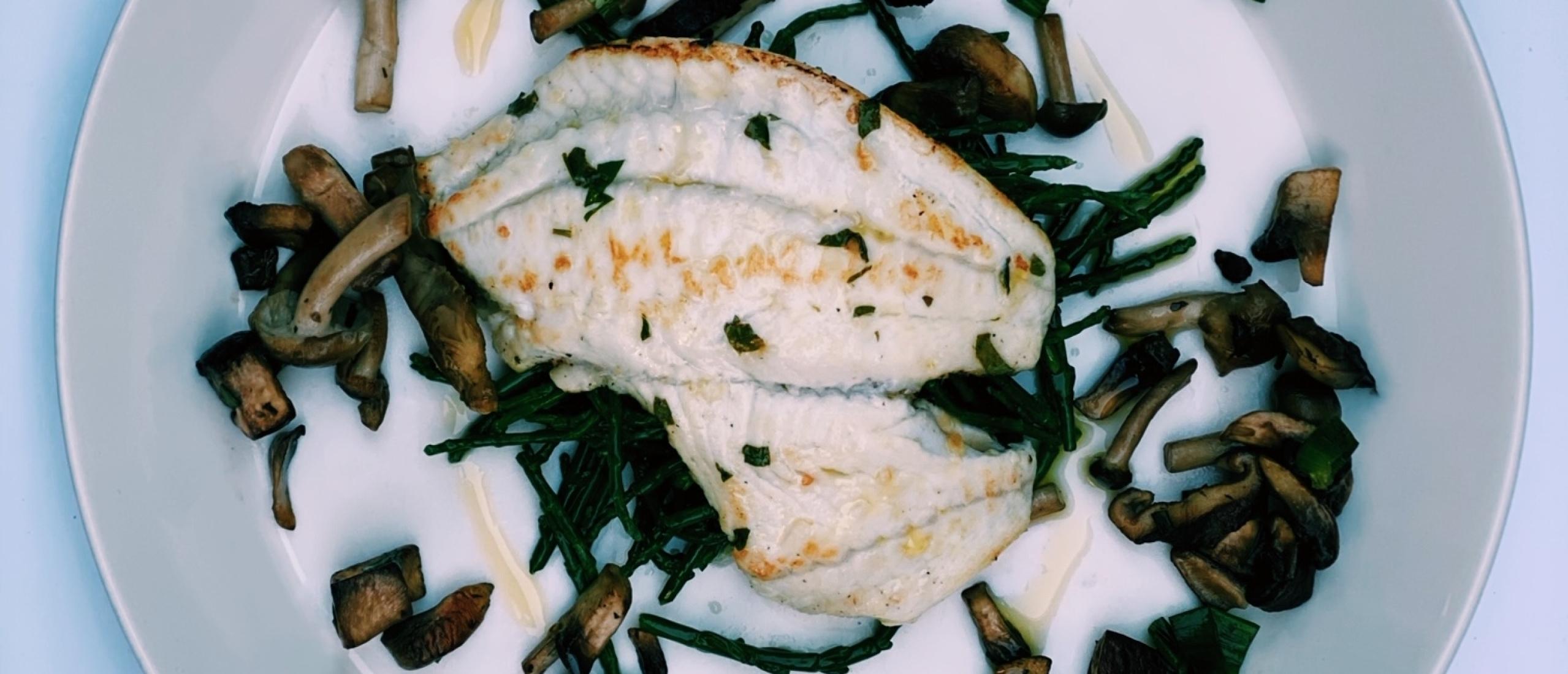 Tarbotfilet met gebakken bospaddenstoelen en zeekraal