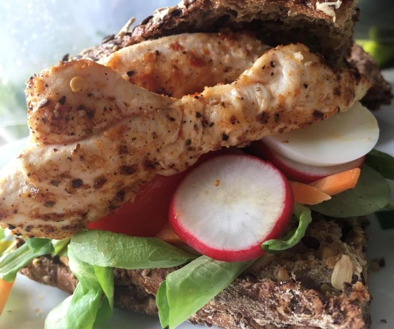 Volkoren broodje met groentjes en kipfilethaasje