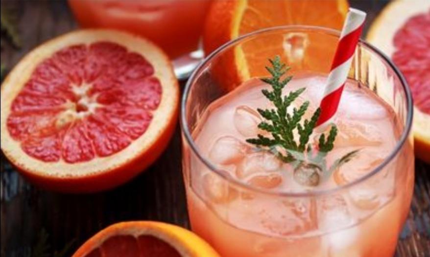 Mocktail met citrus, kurkuma en rozemarijngembersiroop