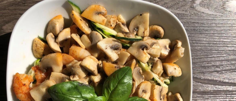 Courgetti met champignons, scampi's en basilicum