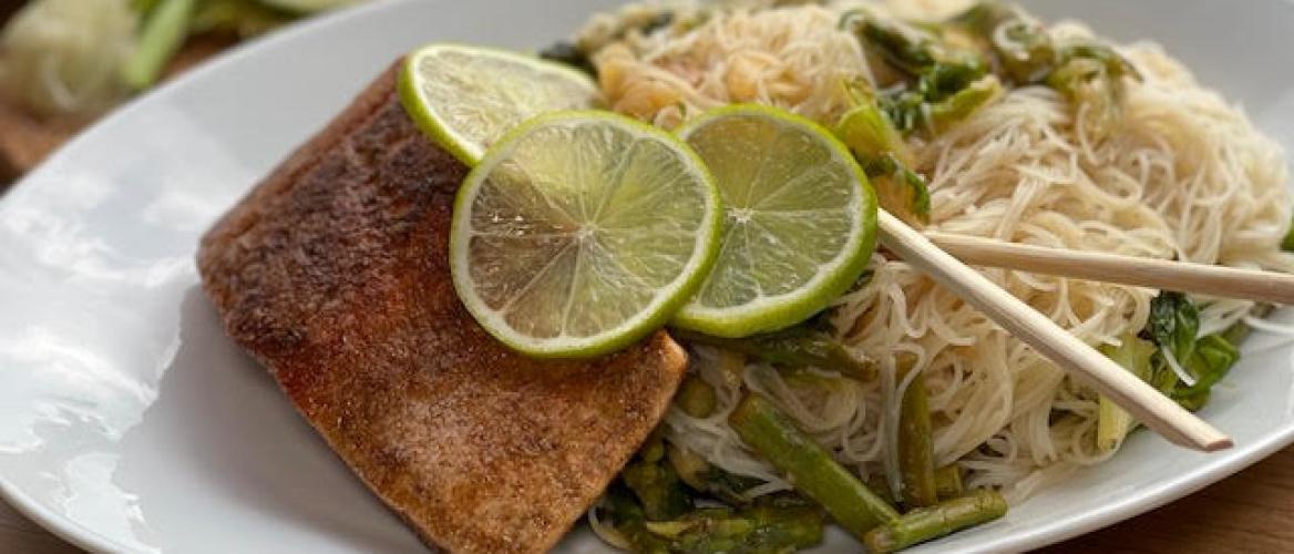 Mihoen met gebakken zalm, andijvie en limoen