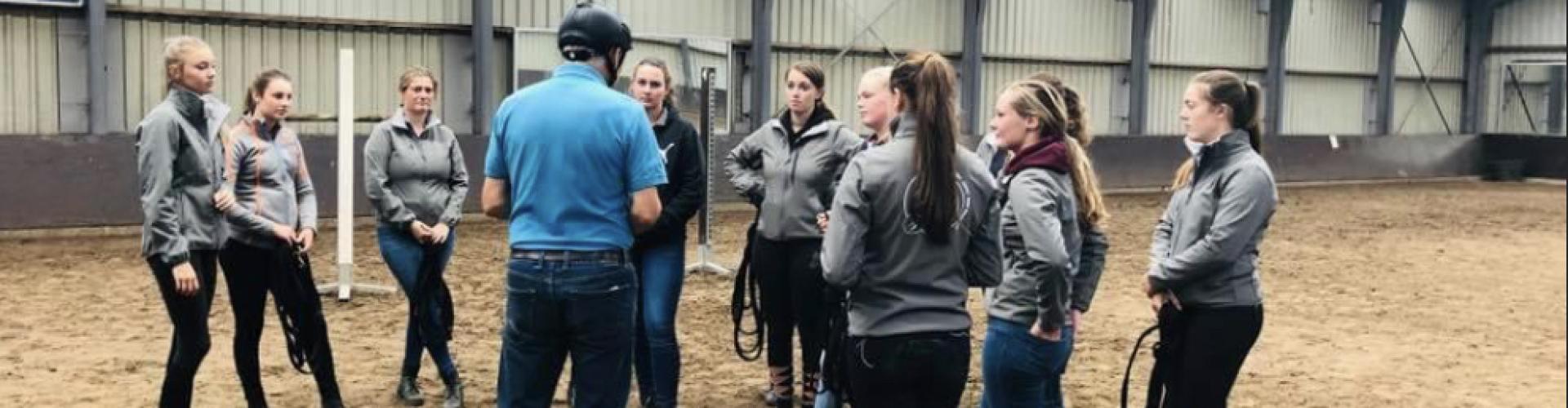 Trainer huren voor groepslessen bij manage of rijvereniging