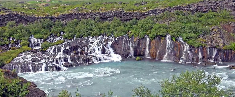 Plots duikt een rivier op van onder een lavalaag....