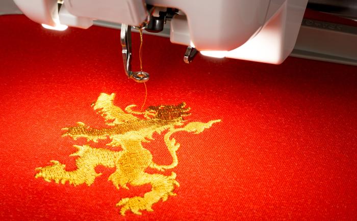 Machinaal borduurwerk met luxe uitstraling.