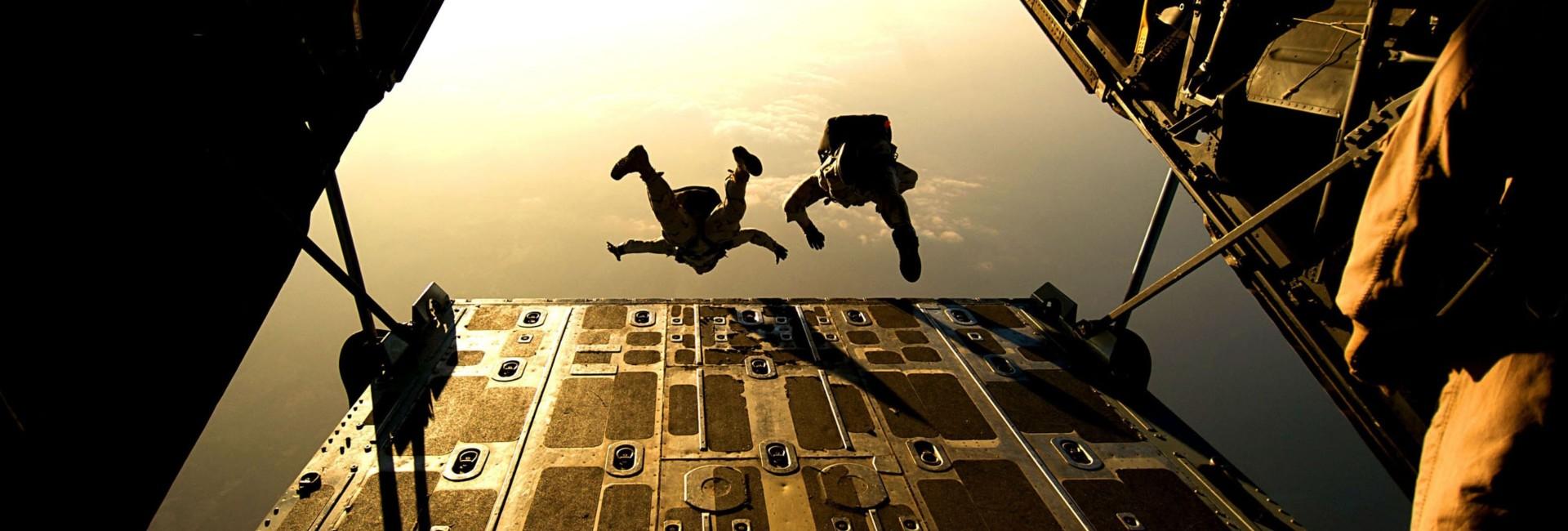 Weerbare Special Forces verlaten vliegtuig
