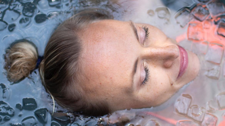 Ice Queen helemaal zen in ijsbad