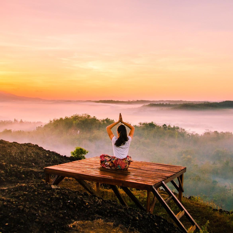 Vrouw die mindfulness toepast terwijl ze uitkijkt over een vallei