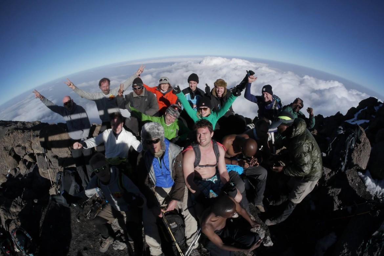 Op de top van de Kiimanjaro na een een wereldrecord poging met Wim Hof