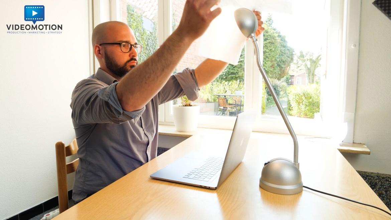 Gebruik een lamp tijdens het videochatten en verzacht het licht met bakpapier.