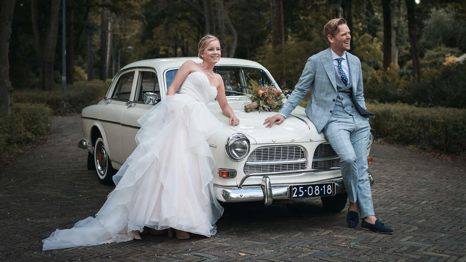 Volvo Trouwauto met Bruidspaar