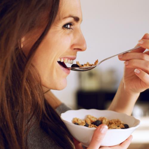 vrouw eet gezond ontbijt