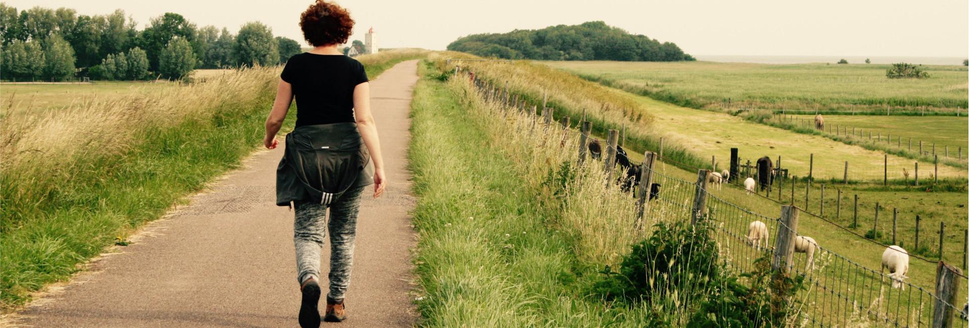Wandelvrouw wandelen en afvallen vuurtoren
