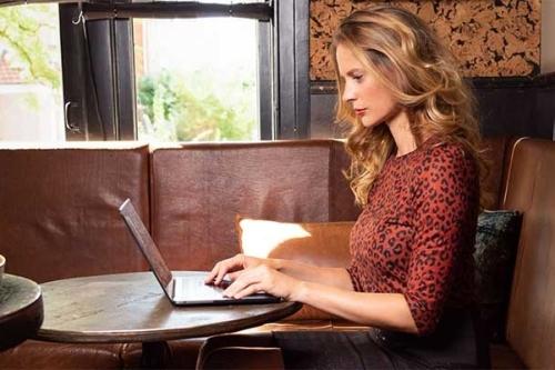 Maartje achter laptop