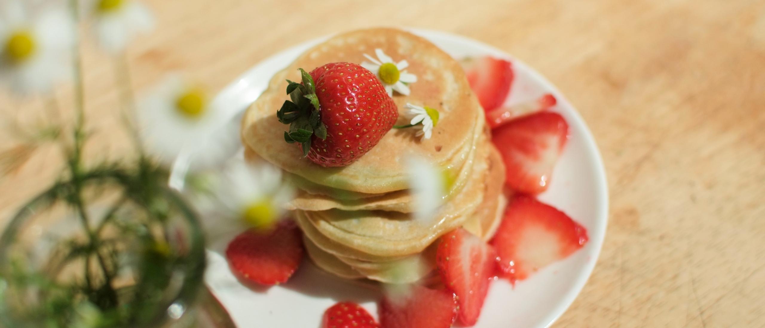 Recept: kamillepannenkoekjes met aardbeien en kamillesiroop