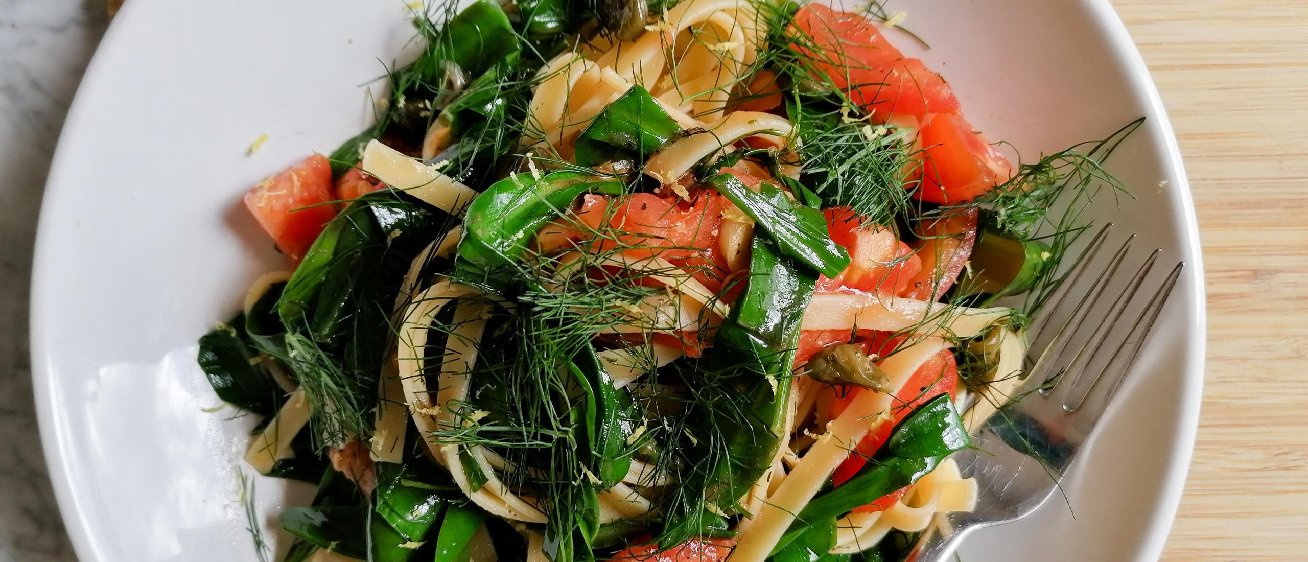 Recept: Linguine met lamsoor, tomaat, kappertjes, venkeltoppen, knoflook en citroen