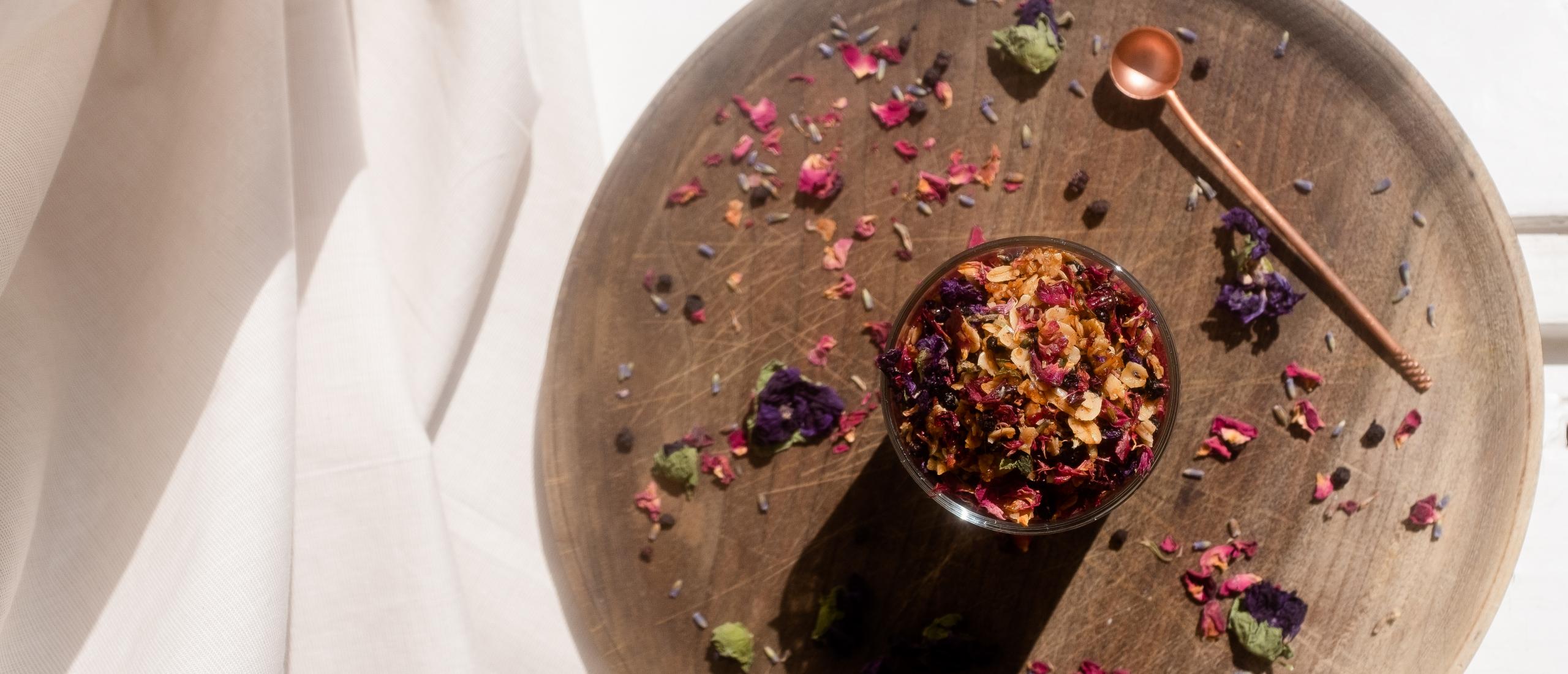 Recept: rozengranola en blauwe bes-haver-chia pudding