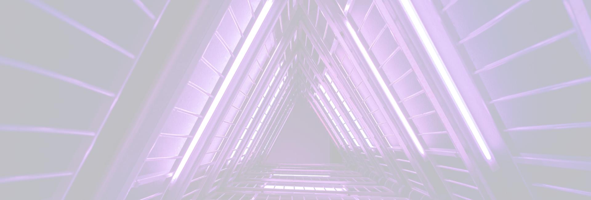 Focus op je doel en gebruik een bewezen groeiplan - Image: Driehoekige ruimte in een hoog gebouw
