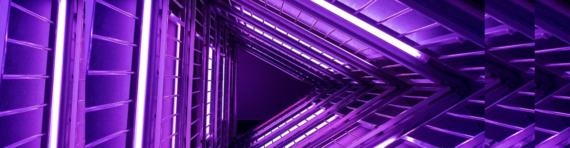 Focus op je doel: volg een groeiplan en zet overtuigingstechnieken in - Image: paars hoog gebouw