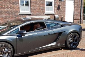 Verkeerde sociale bewijskracht bij duurzame ondernemers: Wilma in een Lamborghini van Experience Events