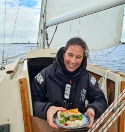 Wilma Kaptein op de zeilboot