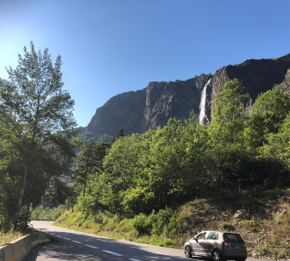 De waterval op de weg richting La Grave