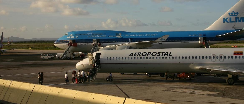 Waar kan ik mijn auto parkeren op het vliegveld van Curaçao?