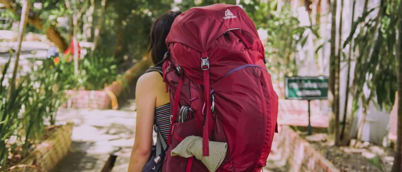 Een backpack gestructureerd inpakken met packing cubes